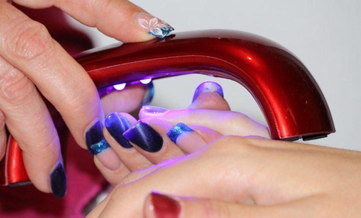 manicure hybrydowy może być wykonywany samodzielnie w domu